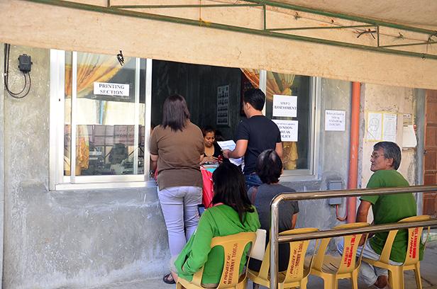 Ilan sa mga negosyante na kumukuha ng business permit, January 9.